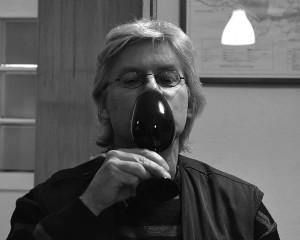 Paul hebt das schwarze Glas.Foto: hlb