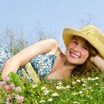 flores-campo-mujer-vestido-sombrero-de-paja