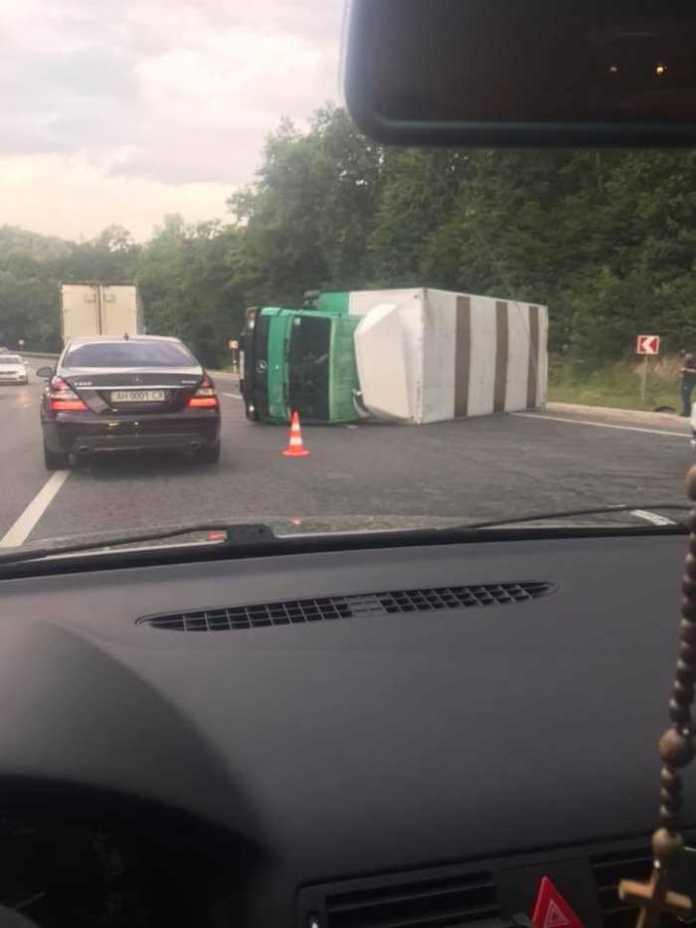 Біля Львова перекинулась вантажівка