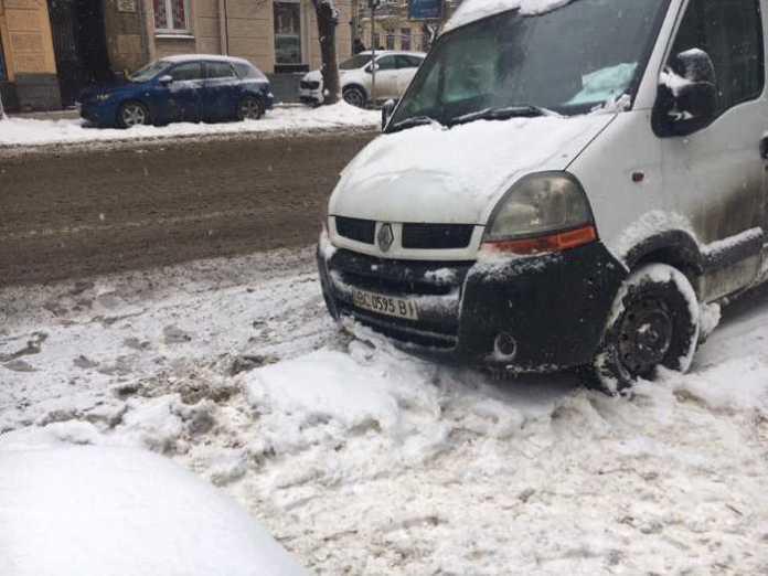 На вулиці Бандери неправильно припаркувався автомобіль. Фото Варта-1