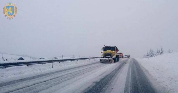 Автомобільні шляхи Львівщини очищують від снігу