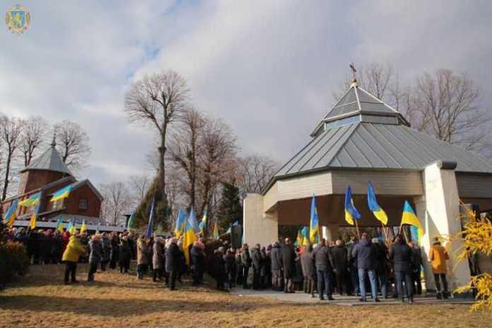 Півторатисячна делегація українців заспівала Гімн України на могилі о. Михайла Вербицького