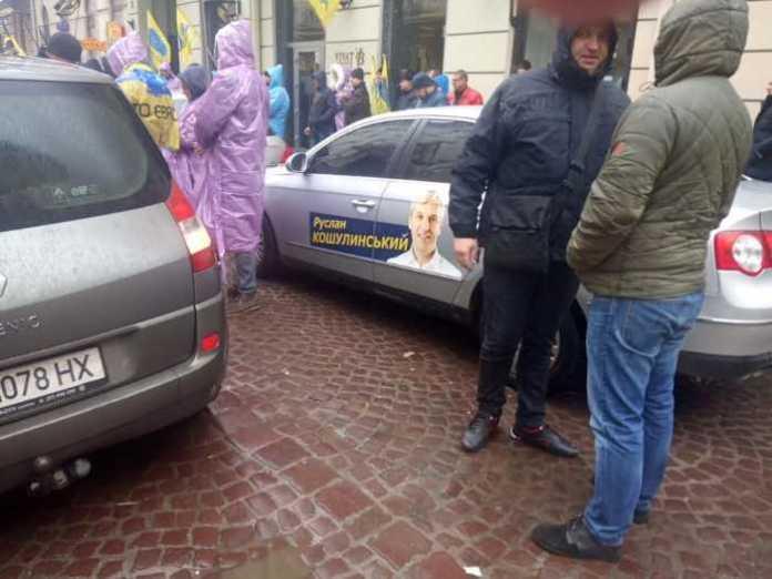 У центрі Львова мітингарі перекрили рух транспорту . Фото Варта-1