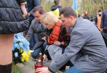 """Присутні поклали квіти та лампадки до пам'ятного хреста на місці колишнього концентраційного табору """"Шталаг - 328"""""""