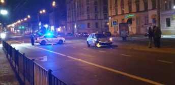 У Львові біля приміського вокзалу автомобіль таксі збив чоловіка, фото Варта-1