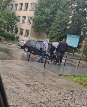 У Львові автомобіль провалився під асфальт, фото Варта-1