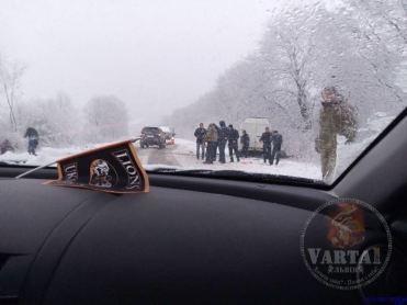 На Львівщині через хуртовину автомобілі зупиняються на узбіччі трас