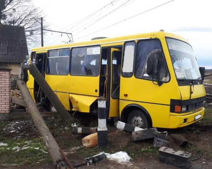 У Львівській області під час зіткнення маршрутки і потяга загинула людина. Фото: Національна поліція