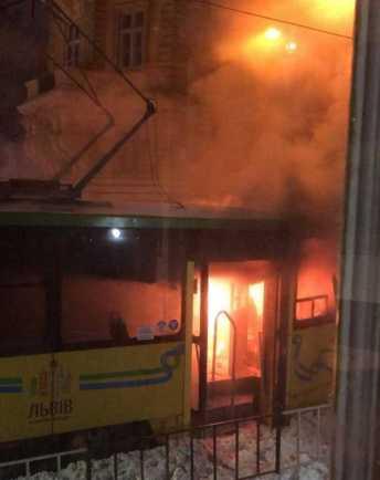 У Львові горить трамвай, фото Четверта студія