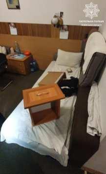 У Львові чоловік вкрав з готелю тумбочку, журнальний столик та маленький холодильник