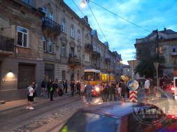 У центрі Львова два трамваї розчавили автомобіль, фото Варта-1
