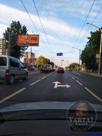 П'яні малювали: у Львові на перехресті намалювали суперечливу розмітку, фото Варта-1
