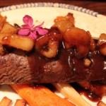 Ytrefilet av rådyr med karamellisert pære, kantareller, rødvinsaus, ovnsbakt gulrot, persillerot og amandinepoteter