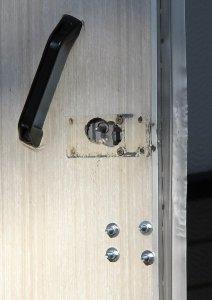 Lukkopesä irronnut ovea väkisten avatessa.