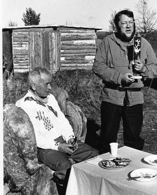 Tässä kaksi Lemmenjoen historian legendaa Heikki Pihlajamäki kuvernöörin istuimella viettämässä 65-vuotisjuhliaan syksyllä 1984 ja häntä Inarin kunnan puolesta onnittelee Veikko-Aatami Heikkilä, politiikko, kunnallismies, kullankaivaja ja paljon muuta.