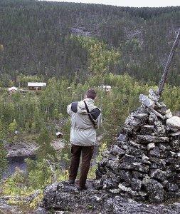 Ivalojoen Kultalan miljöö on nykyisin lähes samanlainen kuiten Petronellan vierailun aikana 1949. Kuva on otettu joen vastarannalta Lihrinkalliolta. Rannassa oleva savusauna oli yöpymispaikkana,.