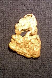 Muutaman päivä välein löytyneet kaksi hippua ovat joskus saattaneet irrota toisistaan; alla 32,2 ja yllä 12,5 g hiput
