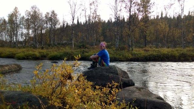 Lepohetki Ivalojoen sivupurolla, tauslla malli niistä rakkakivikoista, joita oli ylitettävä monta purojen, kurujen ja jänkien lisäksi.