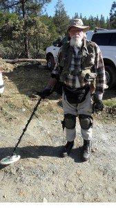 Sacramentolainen kullanetsijä on pukeutunut täydelliseen varustukseen metallispaljamiella tapahtuvaa hippujen metsästystä varten vanhalla kaivosalueella Kalifornian vuoristossa.