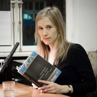 Lesung und Rezension zu Hannah Dübgens Roman »Über Land«