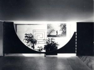 Carlo Scarpa, allestimento della mostra su Frank Lloyd Wright alla Triennale di Milano, 1951. Veduta del pannello d'ingresso