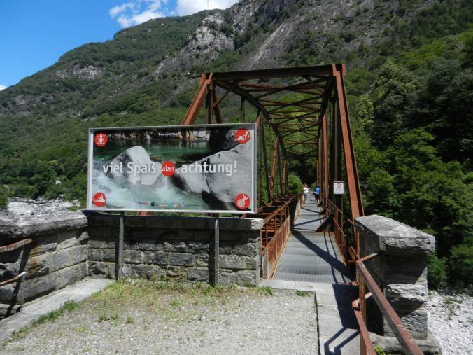 (5) Die Ex- Eisenbahnbrücke am Eingang des Maggiatals ist heute ein Fussgängersteg.