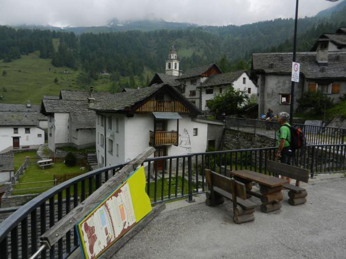Hinter dem Postautowendeplatz wird die Dorfstrasse zu einem Dorfweg.