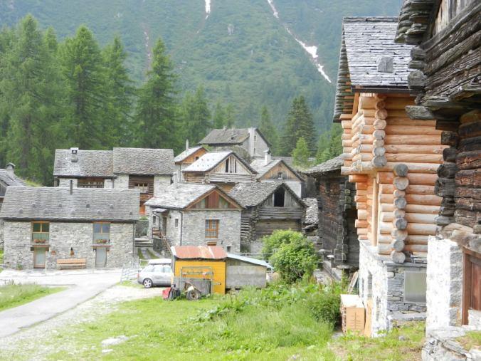 An die Walser erinnert auch die Bauweise der Häuser, die als Speicher dienten. Sie stehen auf Stützen und Steinplatten, um Mäuse abzuwehren.