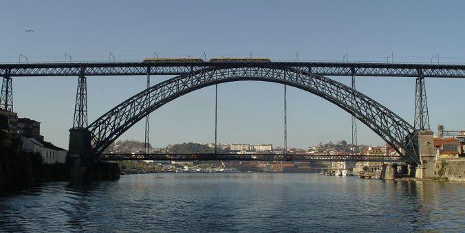Der Ponte Dom Luis I. überbrückt das tief eingeschnittene Dourotal