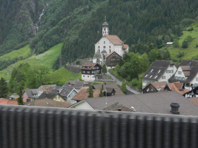 S'Chileli vu Wasse — die legendäre Kirche von Wassen, die auf der Bergstrecke dreimal zu sehen ist, wird künftig mit dem neuen Gotthard-Basistunnel unterfahren.