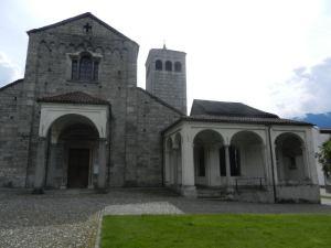 Unmittelbar hinter dem Bahnhof Locarno steht die Stiftskirche S. Vittore, eine der bedeutendsten romanischen Kirchen des Tessins, erbaut 1090 - 1110.
