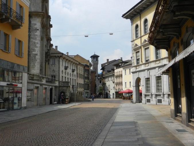 Die Viale stazione führt vom Bahnhof in die Altstadt und endet in einem dreieckigen Platz, der pittoresken Piazza Collegiata.