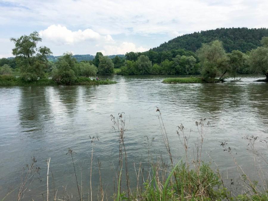 Isarmündungs-Blick von rechten zum linken Ufer - Besucher können sich zuwinken.