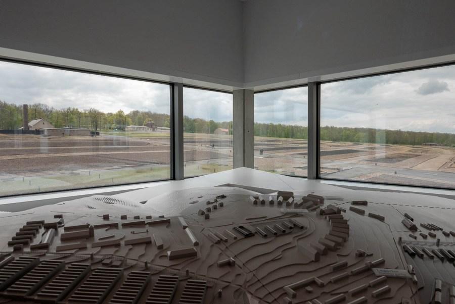 Blick aus der Dauerausstellung auf das ehemalige KZ-Gelände.