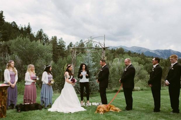 Чарли рядом с хозяйкой у алтаря в день ее свадьбы.  Фото: Jen DZ Photography.