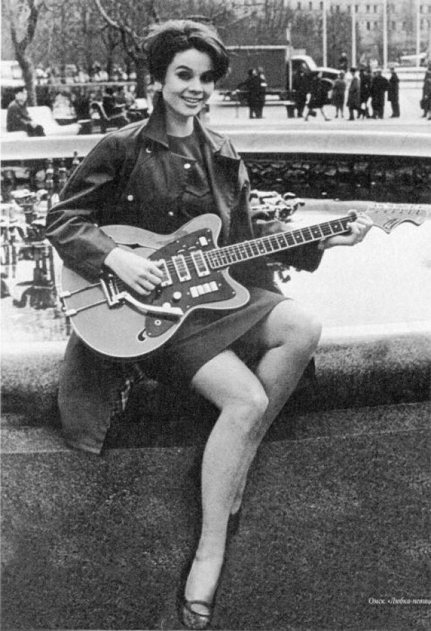 Длинноногая красавица с гитарой.| Фото: sibmincult.ru.