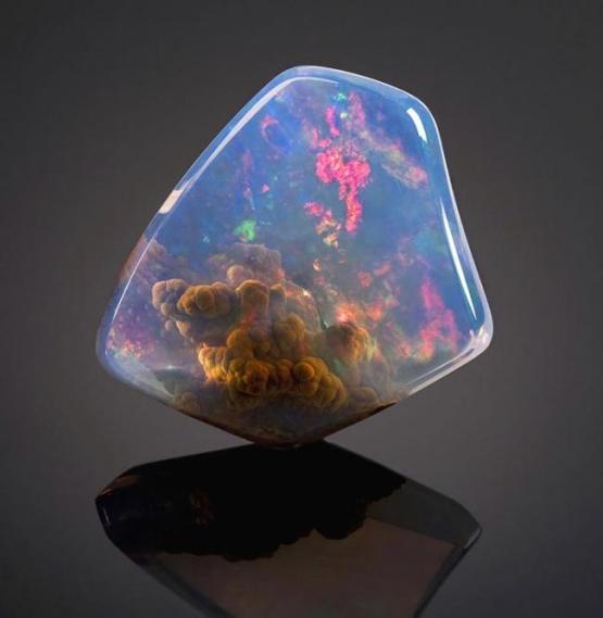 Камень с ярким чистым цветом и радужными переливами.