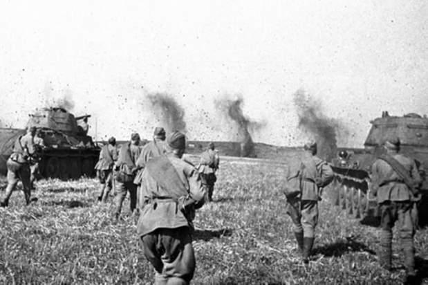 Советские пехотинцы, поддерживаемые танками, идут в атаку | Фото: lenta.ru