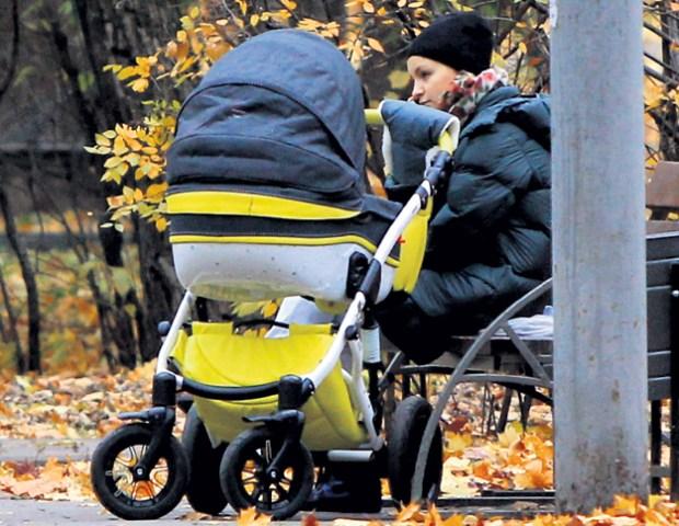 Ольга Литвинова на прогулке с дочерью. / Фото: www.keeno.tv