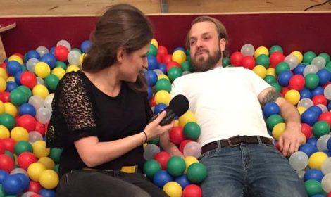 """Im Auftrag vom Deutschlandfunk Kultur im Bällebad mit Mario Graute von """"Balls of Berlin"""". Copyright: Julia Behnke"""