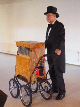 Josef Jäger mit seiner Drehorgel Foto: Gunnar Urbach