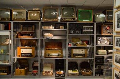 electrum - das Museum der Elektrizität: Dort werden Designstücke und skurrile Alltagsgegenstände präsentiert: Fernsehgeräte im Laufe der Zeit.