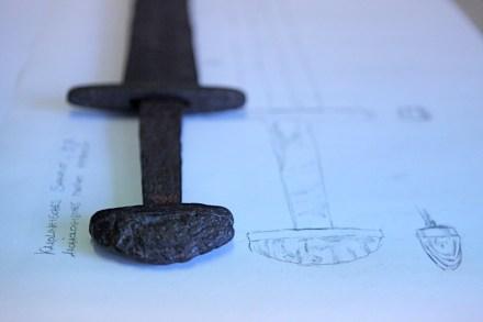 Dokumentation eines Schwertes während der Ausstellungsvorbereitung Bild: dimicator, © AMH