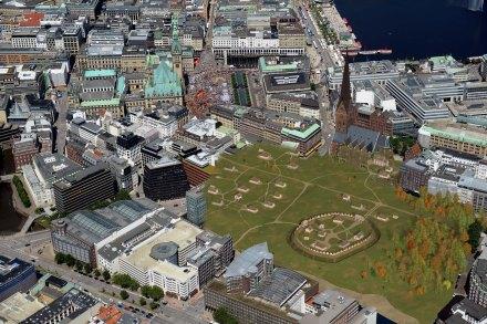 Die historische Hammaburg in einem Luftbild des modernen Hamburgs Bild: tjm | ingenieurbüro, © AMH