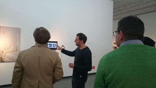 Der künstlerische Leiter Alain Bieber führt unsere Bloggergruppe durch die Ausstellung Egoupdate.