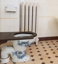 Einzigartige Keramikmalerei auf dem WC