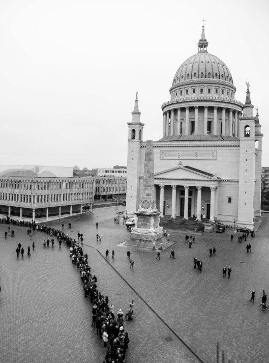 Blick aus dem Museum - die Warteschlange am Samstag (21. Januar 2016) war enorm, denn für 6 Stunden hatten Besucher die Gelegenheit, das Museum kostenlos zu besichtigen.
