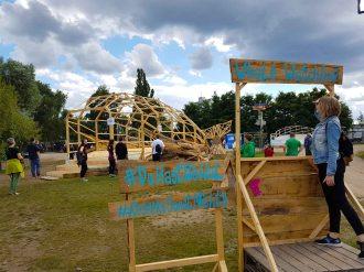 """""""La Baleine"""" """"La Baleine"""" ist eine begehbare Installation, ein Pavillon, eine Ruheoase. Labor Fou spielt mit der Wahrnehmung des Betrachters. Mitten im Herzen des Dockville Geländes entsteht ein Wal aus Holz und recycelten Materialien. Darin befindet sich ein Pool. Das Gelände wird zum Ozean und der Wal zur rettenden Oase. Wie bei Pinocchio begehbar über das riesige Maul, befindet sich im Inneren ein atmosphärischer Raum, der gemeinsam mit den Liege- und Sitzflächen an den Seiten- und Schwanzflossen zum verweilen einlädt. Ahoi und Träume frei – auf zur ruhenden Reise auf hoher See!"""