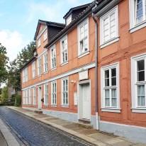 Der Spohrplatz wurde nach dem Komponisten Louis Spohr benannt, der 1784 im Haus mit der Nummer 7 geboren wurde. Die Fachwerkkonstruktion reicht bis 1356 zurück und gehört damit zu den ältesten Fachwerkhäusern Norddeutschlands. (Das Haus ist privat bewohnt.)