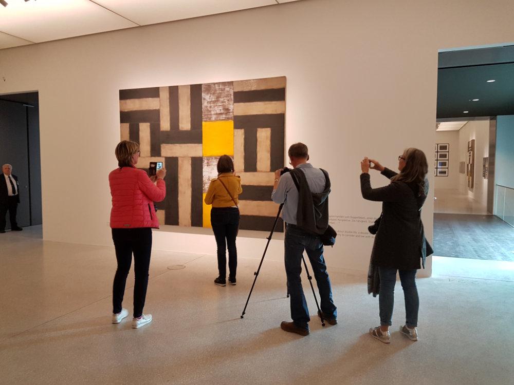Instagramer in der Ausstellung Vita Duplex at work.